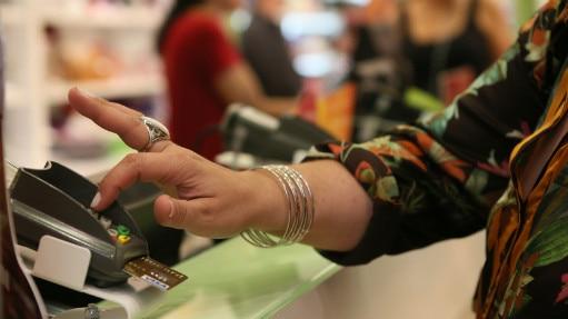 Mesmo com juros anuais de 334%, o maior do mercado, cartão de crédito rotativo movimentou R$ 29 bilhões em janeiro - alta de 8% sobre 2014 - Thiago Queiroz/Estadão
