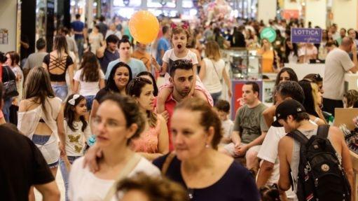 Paulistanos vão a shopping na zona norte de São Paulo - Gabriela Bilo