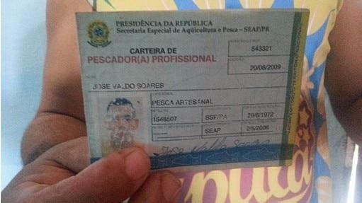 José Valdo Soares mostra sua carteirinha de pescador - Divulgação