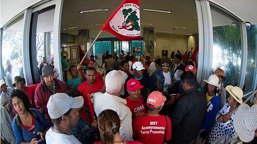 Integrantes do MST invadem o Ministério da Fazenda, em Brasília  - Agência Brasil