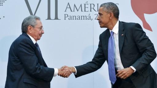 Encontro histórico entre Raúl Castro (à esq.) e Barack Obama na Cúpula das Américas, no Panamá - Mandel Ngan/AFP