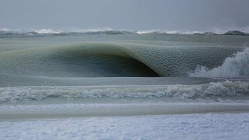 Fotógrafo registra ondas congeladas em ilha dos Estados Unidos - Jonathan Nimerfroh