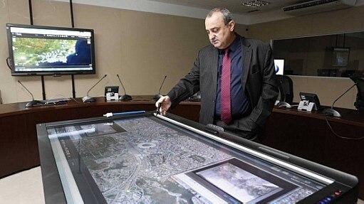 Funcionário da Secretaria de Segurança do Estado usa equipamento de monitoramento para a Rio 2016 - Divulgação