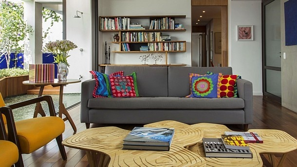 Zeca Wittner/Estadão - Sala de estar em apartamento com projeto de Paulo Alves e Ana Luiza Sawaia