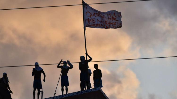 Duelo entre membros de facções rivais - Primeiro Comando da Capital (PCC) e Sindicato do Crime - deixou um complexo prisional destruído e saldo oficial de 26 detentos mortos Foto: REUTERS/Josemar Goncalves