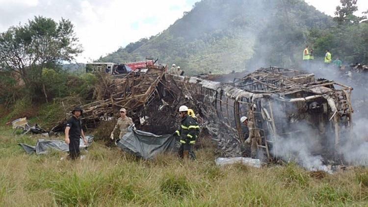 A batida deixou o ônibus Viação Águia Branca totalmente destruído Foto: Roberta Bourguignon