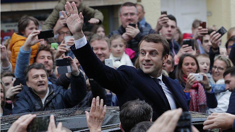 Macron acena para apoiadores após votar no 2º turno, neste domingo - Christophe Ena/AP
