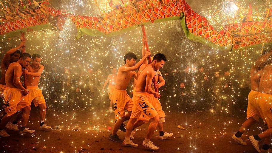 Stringer/Reuters - Chineses executam a dança do dragão para comemorar o Festival das Lanternas, em Guangdong. Foto: Stringer/Reuters