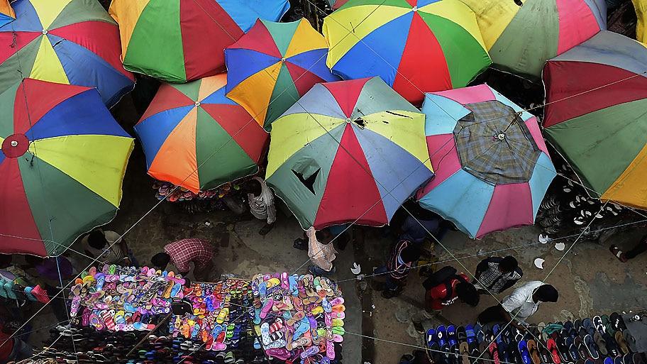 Munir uz Zaman/AFP - Vendedores de Bangladesh esperando clientes em Dhaka. Foto: Munir uz Zaman/AFP