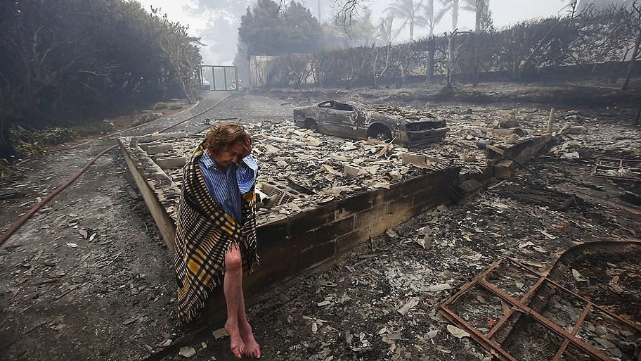 Nic Bothma/EFE - Fran Collings, 82, olha os restos de sua casa após incêndios em Tokai, na Cidade do Cabo. Foto:Nic Bothma/EFE