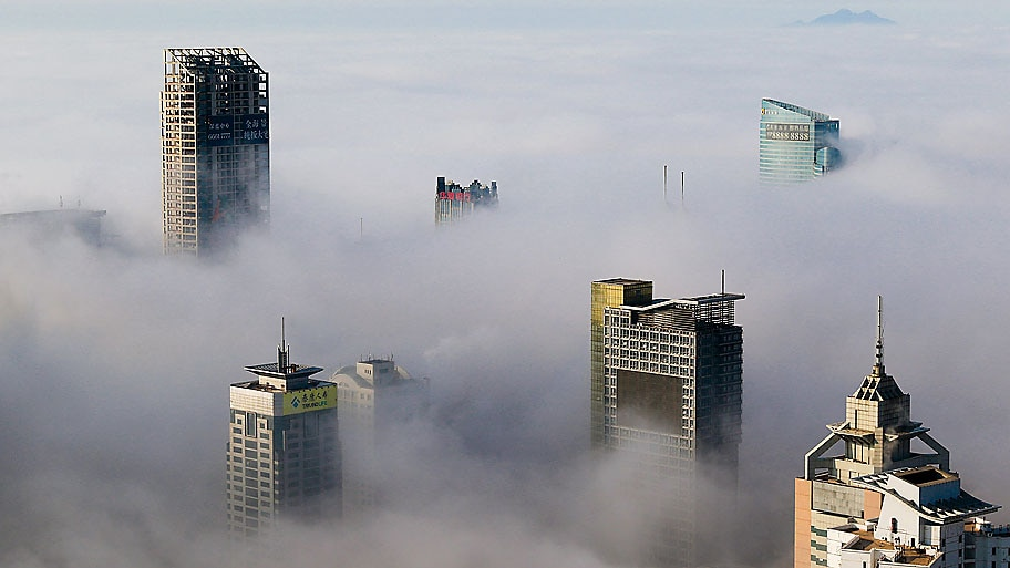 Stringer/Reuters - Névoa encobre a cidade de Qingdao na China. Foto:Stringer/Reuters