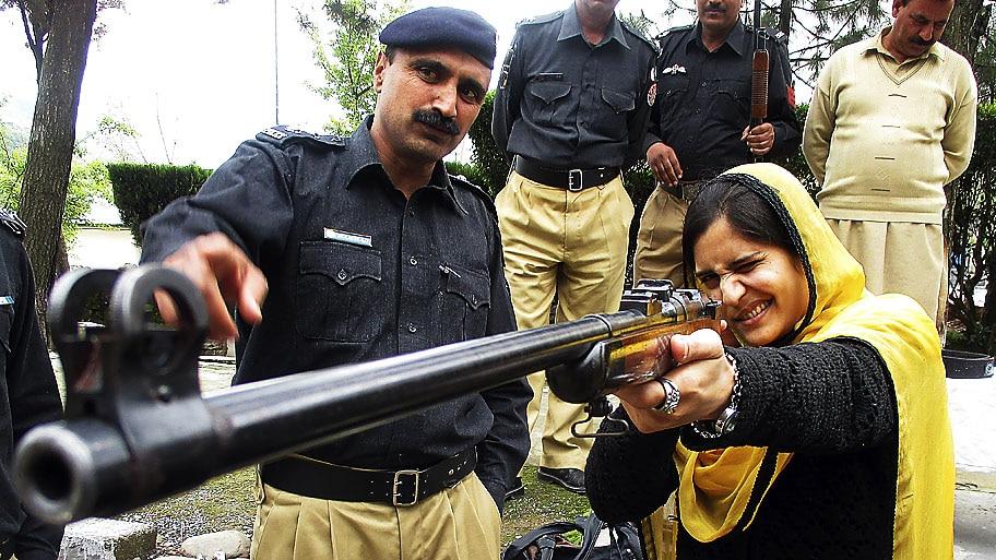 Nasiruddin Mughal/EFE - Militar ensina professora a atirar para se defender do Talibã em Muzaffarabad, na Cachemira. Foto:Nasiruddin Mughal/EFE