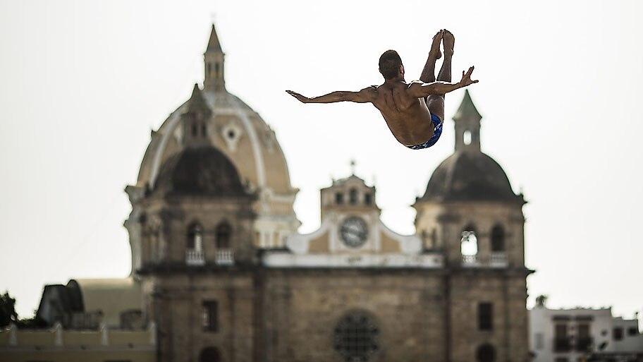 Romina Amato/AFP  - David Colturi dos EUA salta na plataforma de mergulho 27,5 metros em Cartagena.Foto:Romina Amato/AFP