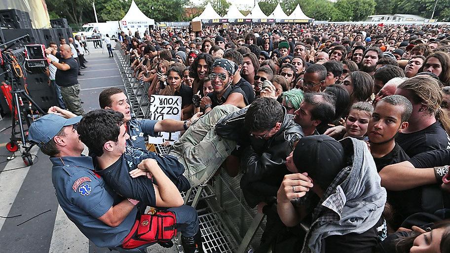 JF Diório/Estadão - Bombeiro retira fã que passou mal durante show da banda Coal Chamber na Arena Anhembi. Foto: JF Diório/Estadão