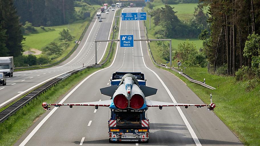 Daniel Karmann/AP - Jato de combate Eurofighter é levado para manutenção por autoestrada em Plech, na Alemanha.Foto:Daniel Karmann/AP