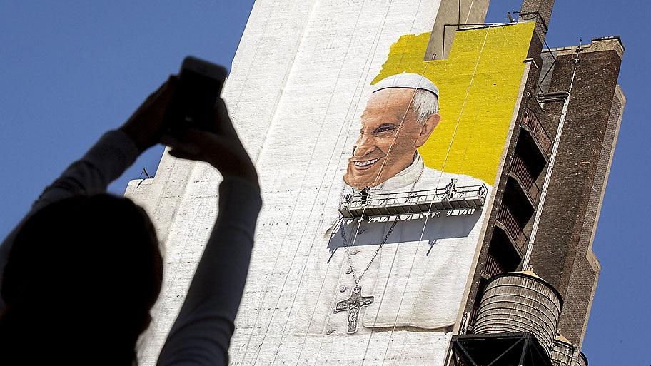 Brendan McDermid / Reuters - Pintores trabalham em um mural do papa Francisco  no centro de Manhattan. Foto: Brendan McDermid / Reuters