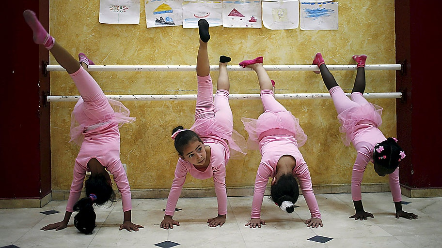 Suhaib Salem / Reuters - Meninas palestinas participam de um curso de balé na Cidade de Gaza. Foto: Suhaib Salem / Reuters