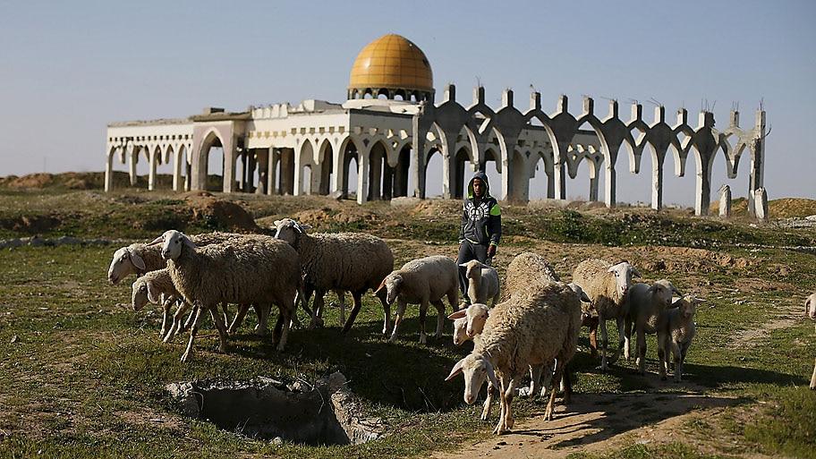 - Pastor palestino em frente às ruínas do Aeroporto Internacional de Yasser  Arafat destruído por Israel  em Rafah, na Faixa de Gaza. Foto: Ibraheem Abu Mustafa / Reuters