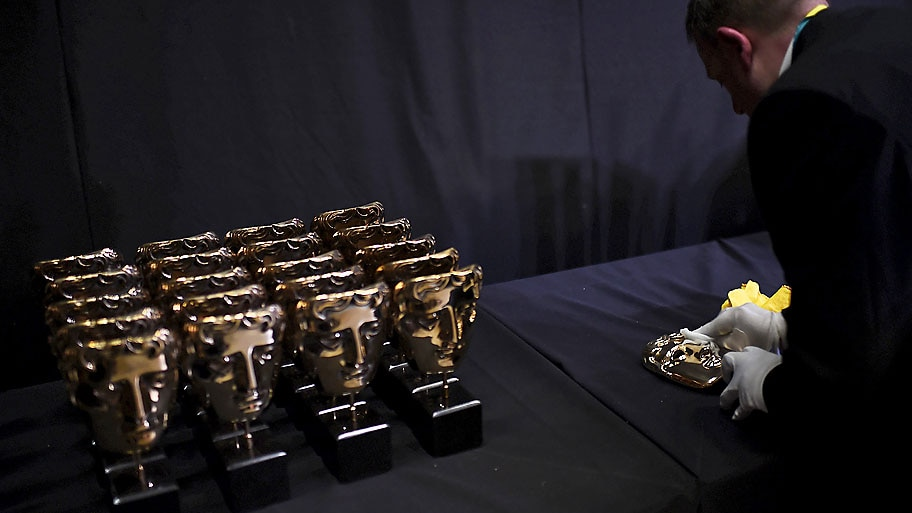 - Funcionário da polimento no troféu de bronze da British Academy of Film and Television Arts (BAFTA), na Royal Opera House, em Londres. Foto:Dylan Martinez / Reuters