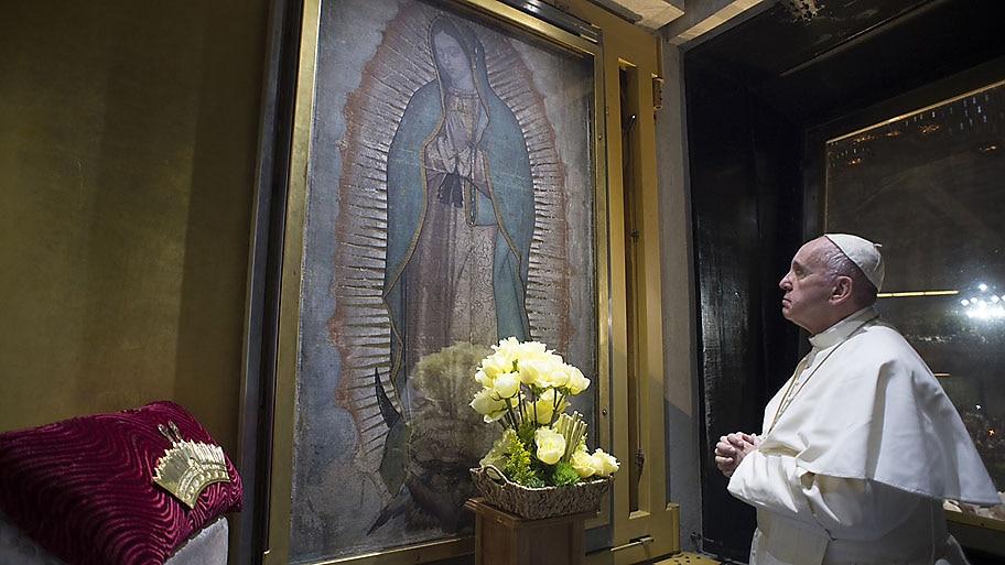 - Papa Francisco faz oração diante da imagem da Virgem de Guadalupe, que os católicos acreditam ter sido impressa milagrosamente em um tecido, após ela aparecer para um camponês indígena em 1531, no México Foto: AFP