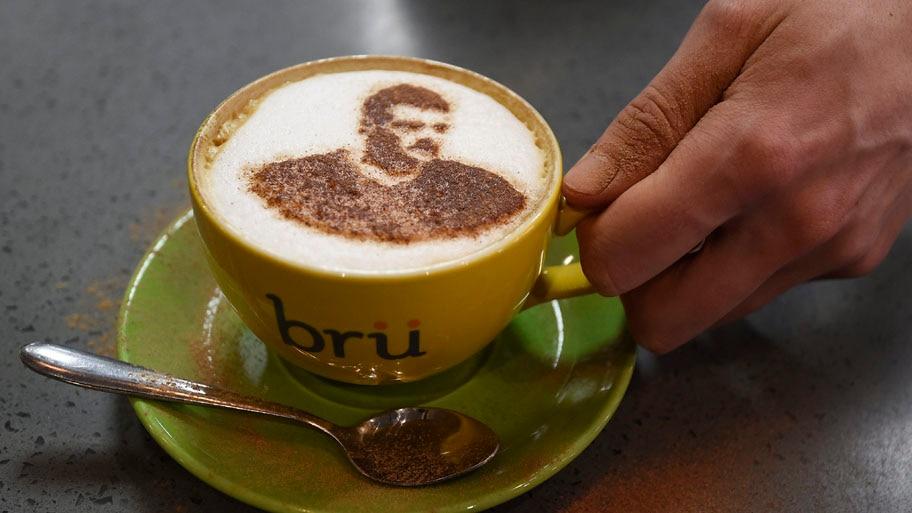 - Detalhe de um café com a imagem de Jamie Vardy atacante do Leicester, que pela primeira vez na sua história é campeão da Premier League. Foto: Facundo Arrizabalaga / EFE