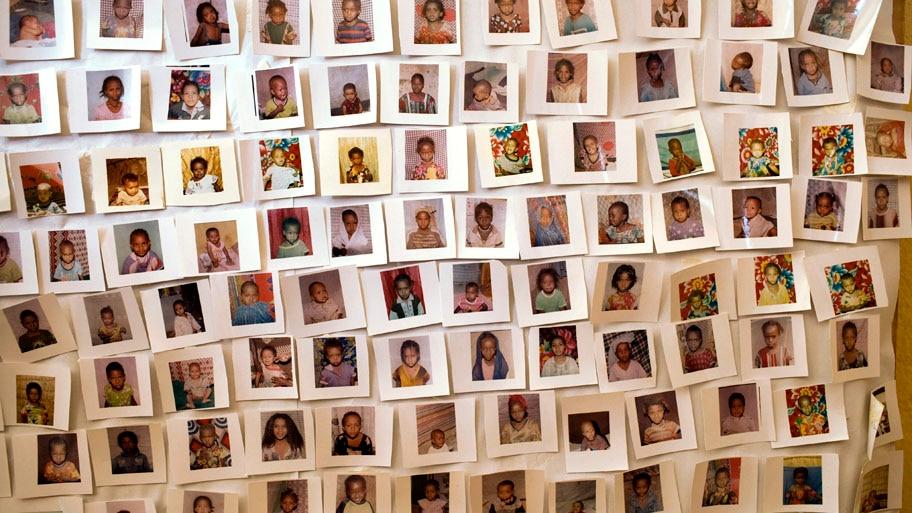 - Painel com vários retratos de meninas e mulheres que foram submetidas ao ritual adornam as paredes da Organização Pastoral de Desenvolvimento Feminino Rohi-Weddu, na cidade de Awash Sebat Kilo, na Etiópia. Foto: Unicef / Holt / EFE