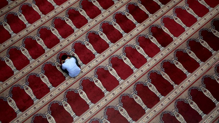 - Muçulmano é visto em uma mesquita, durante este mês sagrado do Ramadã, em Jacarta, na Indonésia. Foto: Darren Whiteside / Reuters