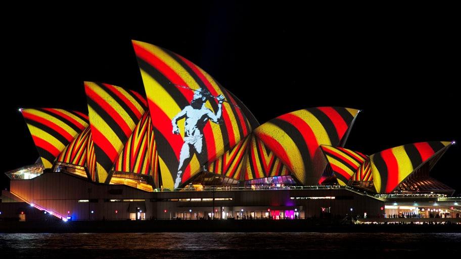 - Imagem de um indígena é projetada sobre as velas do Sydney Opera House, na Austrália. Foto: Jason Reed / Reuters