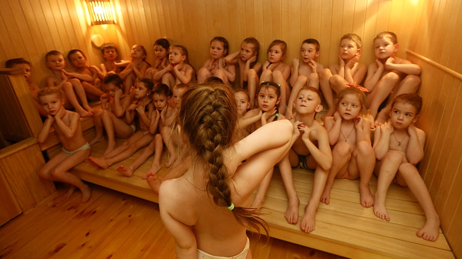 - Crianças russas se aquecem em uma sauna antes de se banharem com água fria, em uma escola na Sibéria. A prática é realizada há 15 anos e faz parte de um programa de saúde infantil. Foto: Ilya Naymushin / Reuters
