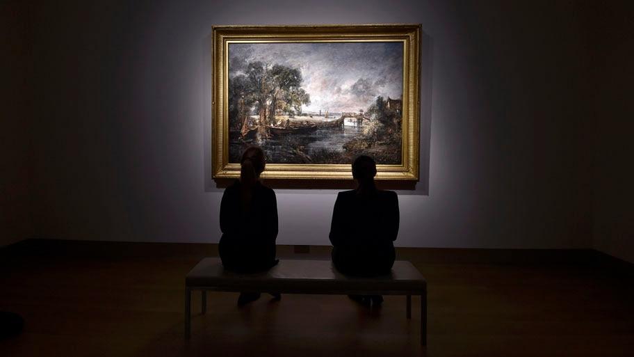 - Funcionários da Christie, em Londres, observam a obra do pintor britânico John Constable, que será leiloada por um valor entre 12 e 16 milhões de libras. Foto: Toby Melville / Reuters