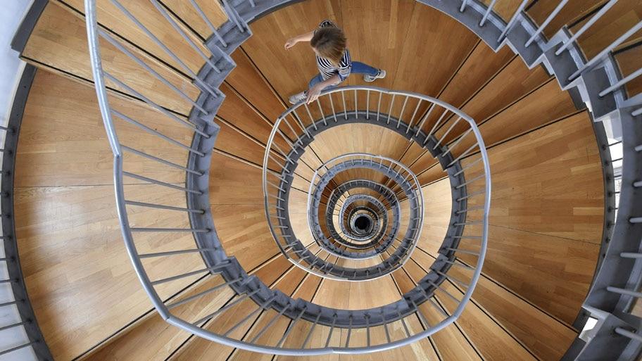 - Mulher desce uma escada do Castelo de Gottesaue, em Karlsruhe, na Alemanha. A construção do século XVI, abriga a Universidade de Música da cidade. Foto: Uli Deck / EFE