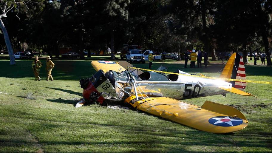 Lucy Nicholson/Reuters - Avião de pequeno porte pilotado pelo ator Harrison Ford se acidentou ao tentar pouso forçado em um campo de golfe na Califórnia. Foto: Lucy Nicholson/Reuters