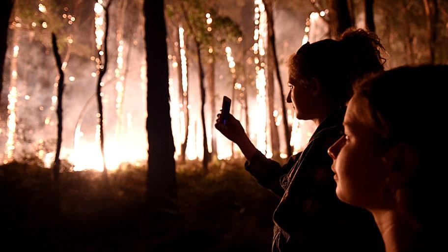 - Moradores observam incêndio florestal perto Nulla, ao norte de Melbourne, na Austrália. Foto: Tracey Nearmey / EFE