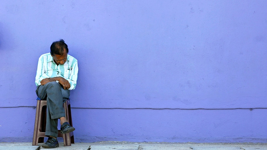 - Homem adormece sentado em uma rua de Colombo, no Sri Lanka. Foto: Dinuka Liyanawatte / Reuters