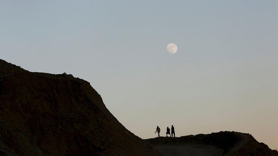 - Mineiros percorrem trilha a caminho de uma mina em Hpakant, em Myanmar. Foto: Soe Zeya Tun / Reuters