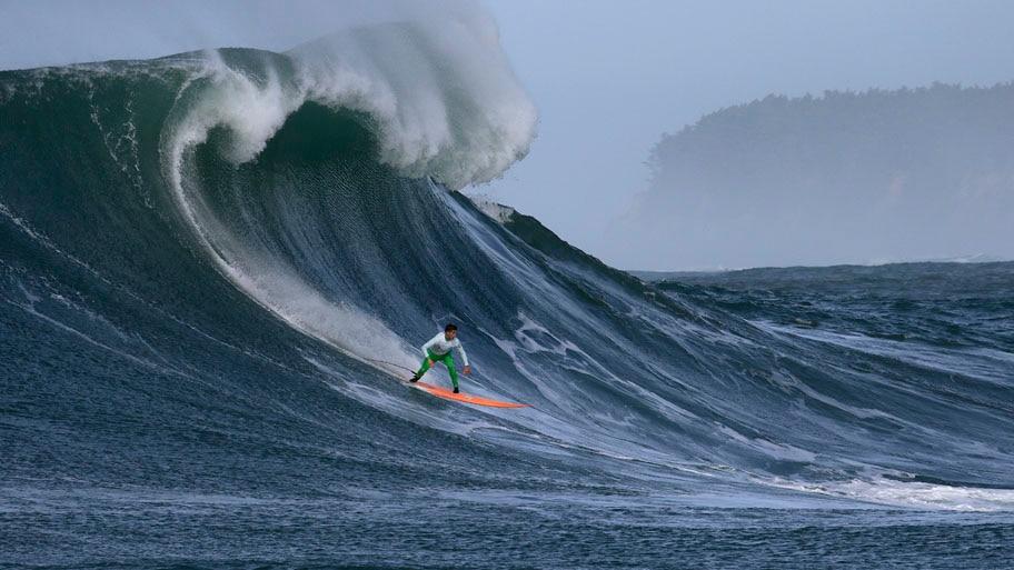 - O surfista Nic Lamb pega uma onda durante a competição, em Half Moon Bay, na Califórnia. Foto: Ben Margot / AP