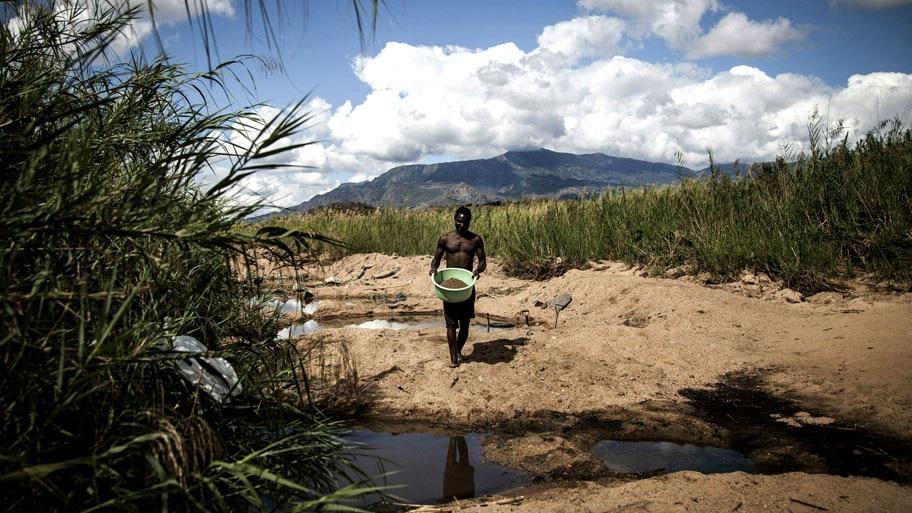 - Garimpeiro moçambicano trabalha ao longo do rio Nhaduwe, em Gorongosa. Foto: John Wessels / AFP