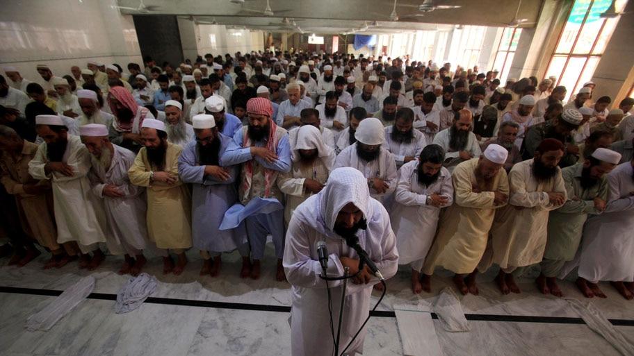 - Homens oferecem orações para o falecido líder afegão do Taliban, mulá Akhtar Mansour, em uma mesquita de Peshawar, no Paquistão. Foto: Fayaz Aziz / Reuters