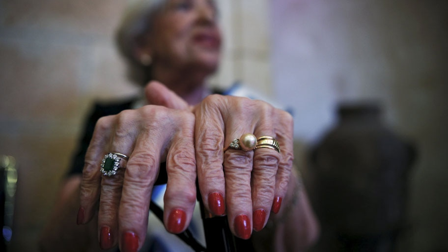 - Rivka Kushnir, de 85 anos, uma sobrevivente do holocausto, se prepara para o concurso de beleza entre as sobreviventes do genocídio nazista, na cidade israelense de Haifa. Foto: Amir Cohen / Reuters
