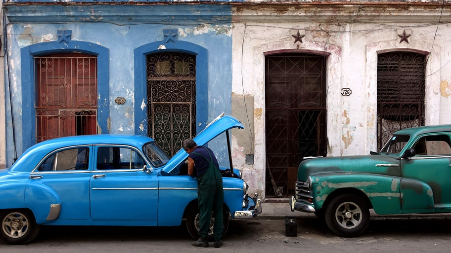 Alejandro Ernesto/EFE - Mecânico cubano trabalha no reparo de um automóvel americano, em uma rua de Havana. Foto: Alejandro Ernesto/EFE