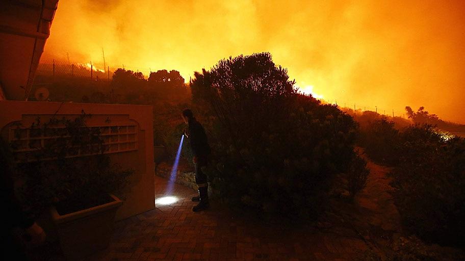 Bothma/EFE/EPA - Incêndio florestal se aproxima de residências na Cidade do Cabo, na África do Sul. Foto: