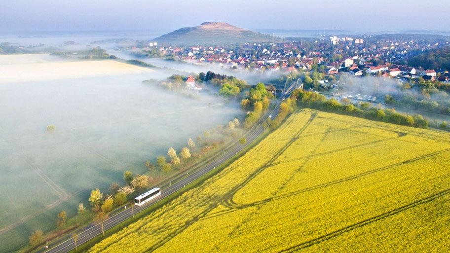 - Ônibus trafega por estrada ao lado de lavoura, em Sehnde, perto de Hannover, no norte da Alemanha. Foto: Julian Stratenschulte / AP