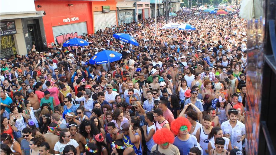- Bloco que homenageia o cantor David Bowie desfila pelo centro de São Paulo. Foto: Rafael Arbex/Estadão