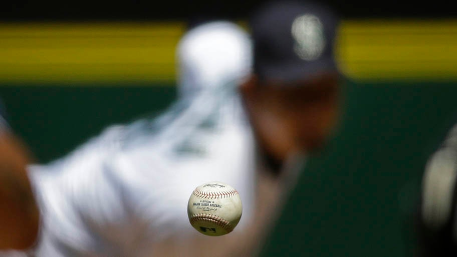 - Fotógrafo registra detalhe da bola durante partida de beisebol entre as equipes do Seattle Mariners e  San Diego Padres, em Seattle. Foto: Ted S. Warren/AP