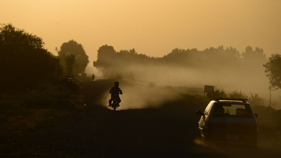 - Motociclista trafega numa rua da periferia de Herat, no Afganistão. Foto: Aref Karimi / AFP