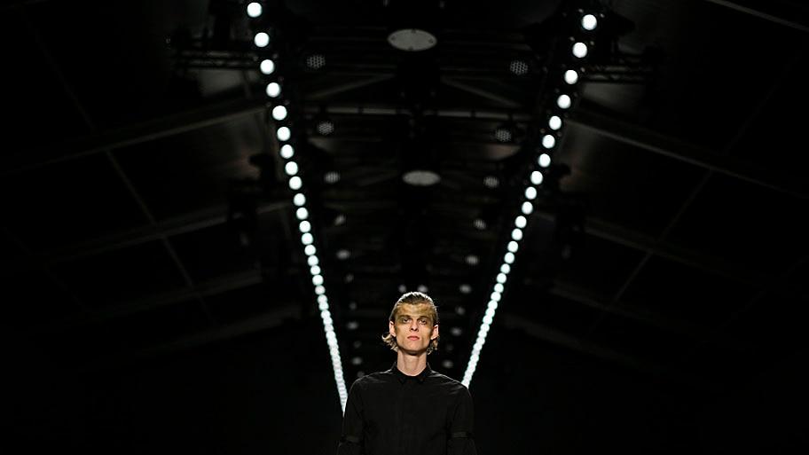 - Modelo apresenta uma criação da grife Sopopular, em Berlim, na Alemanha. Foto: Markus Schreiber / AP