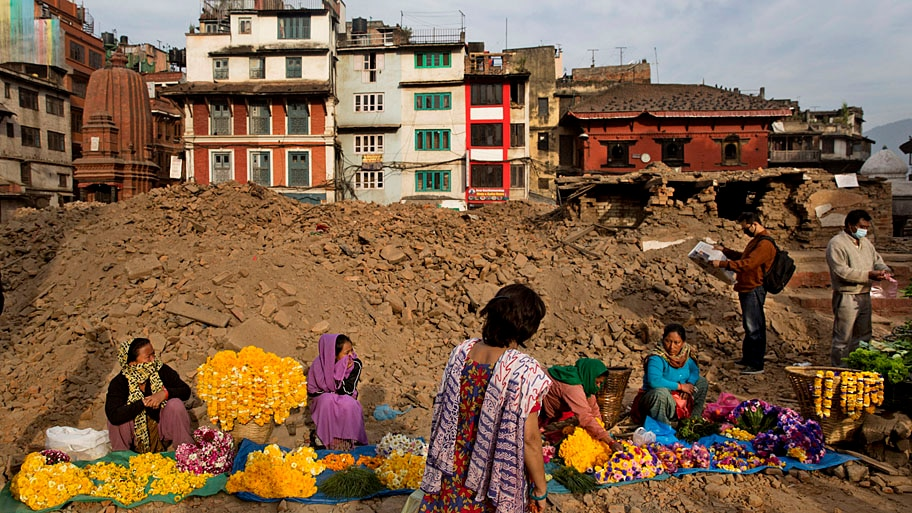 Bernat Amangue/AP - Vendedores nepaleses esperam por clientes na Praça Durbar, em Katmandu. Foto: Bernat Amangue/AP