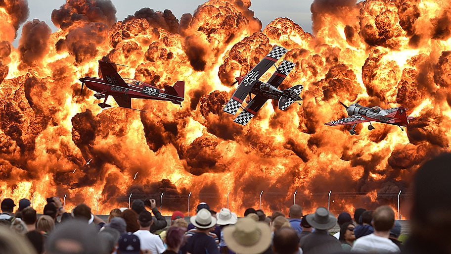 Paul Crock/AFP - Pilotos fazem acrobacias no primeiro dia do evento, no Avalon Airfield, em Melbourne. Foto: Paul Crock/AFP