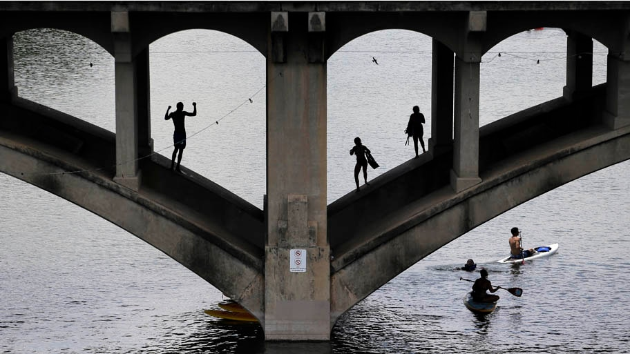 - Praticantes de caiaque e natação se divertem no Lady Bird Lake, em Austin, Texas. Foto: Eric Gay/AP