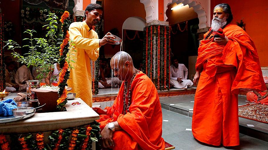 - Um devoto derrama leite sobre a cabeça de seu Guru como sinal de respeito, por ocasião do dia de lua cheia dedicado aos mestres e professores, em Allahabad, na Índia. Foto: Rajesh Kumar Singh / AP